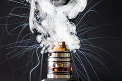 Взрыв vape сигареты Dissassembled электронный Стоковое фото RF