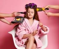 Взыскивающ девушку молодой дамы предназначенную для подростков в салоне спа оценивает макияж предложенный к ей пока делающ причес стоковые фотографии rf