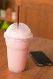 взятие клубник shake молока пролома Стоковое Фото
