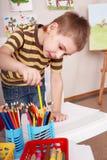 взятие комнаты игры карандаша ребенка стоковое изображение rf