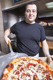 взятие пиццы шеф-повара свежее вне Стоковая Фотография RF