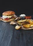 Взятие фаст-фуда отсутствующее Клин бургера и картошки Стоковые Изображения