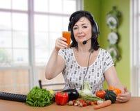 Взятия женщины курса detoxification онлайн стоковые изображения