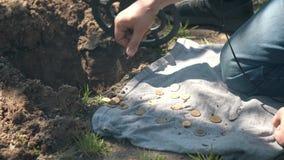 Взятия охотника за сокровищами человека из земли нашли монетки сток-видео