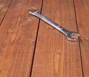 Взламывайте аппаратуру гаечного ключа металла хрома на деревянной поверхности Стоковое Изображение