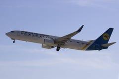 Взлет Боинга 737-94X авиакомпаний международных перевозок Украины (ER) (WL) от международного аэропорта Харькова Стоковое фото RF