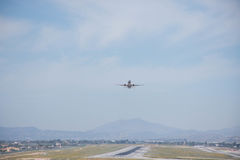 Взлет и посадка на авиапорте Солнечный день и ясное небо Стоковое Фото