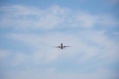 Взлет и посадка на авиапорте Солнечный день и ясное небо Стоковое Изображение