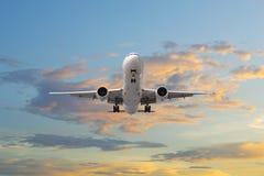 Взлет самолета в восходе солнца Стоковая Фотография