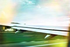 Взлет самолета в заходе солнца Стоковые Фото
