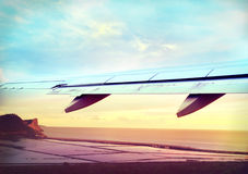 Взлет самолета в заходе солнца Стоковые Изображения RF