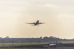 Взлет самолета на авиапорте Дублина, Ирландии, 2015 Стоковые Фотографии RF