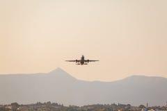Взлет самолета на авиапорте Корфу Стоковое Фото