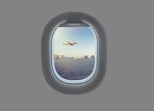 Взлет самолета на фоне города с небоскребами в окне самолета Город Астаны в выигрыше самолета Стоковое Изображение RF