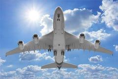 Взлет самолета нижнего взгляда к небу Стоковые Фотографии RF