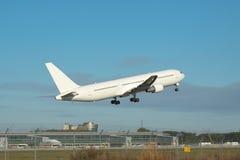Взлет самолета пассажирского самолета Стоковая Фотография
