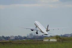 Взлет самолета Сингапоре Аирлинес Стоковое Изображение