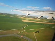 Взлет самолета с меньшей тенью Стоковое Изображение