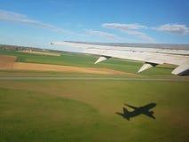 Взлет самолета с тенью Стоковое Фото