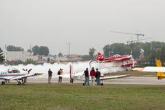 Взлет 2 самолетов smokey во время airshow Стоковые Изображения