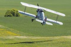Взлет самолет-биплана Jungmeister ¼ 133 cker BÃ ¼ BÃ Стоковые Фото