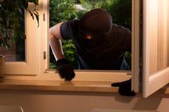 Взломщик входит в имущество стоковая фотография rf