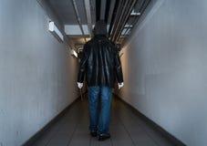 Взломщик идя в подвал Стоковые Изображения