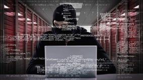 Взломщик рубя в компьтер-книжку видеоматериал