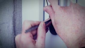 Взломщик с дверью пролома замк-рудоразборки для того чтобы войти дом сток-видео