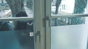 Взломщик с дверью пролома лома для того чтобы войти дом сток-видео