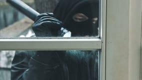 Взломщик с дверью пролома лома для того чтобы войти дом видеоматериал