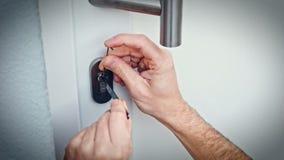 Взломщик с дверью пролома лома для того чтобы войти дом акции видеоматериалы