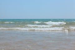 Вздымаясь волны среднеземноморского на красивом пляже Валенсии в дне лета солнечном Стоковые Фотографии RF