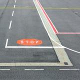 Взлётно-посадочная дорожка авиапорта с знаками Стоковое Изображение