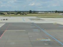 Взлётно-посадочная дорожка авиапорта perpesctive Стоковое Изображение RF