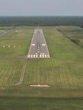 Взлётно-посадочная дорожка вида с воздуха на сумраке. Стоковые Изображения RF