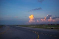 Взлётно-посадочная дорожка в утре Стоковая Фотография