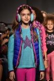 Взлётно-посадочная дорожка прогулки моделей на маленькой госпоже Matched Падать/выставке 2016 взлётно-посадочная дорожка зимы во  Стоковые Изображения RF