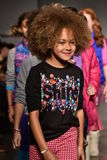Взлётно-посадочная дорожка прогулки моделей на маленькой госпоже Matched Падать/выставке 2016 взлётно-посадочная дорожка зимы во  Стоковые Фотографии RF
