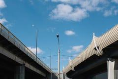 Виадук бетонной конструкции промышленной зоны города в течение дня против голубого неба и облаков стоковое фото