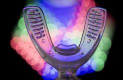 Вибрируя зубоврачебный прибор с незримыми orthodontics Стоковое Фото