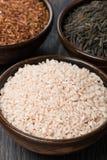 3 вида риса в керамическом шаре, конец-вверх Стоковые Изображения RF