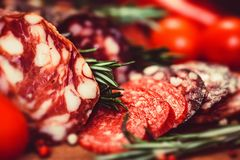 3 вида салями с томатами и перчинкой Стоковое Фото