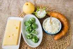 4 вида сыра, яблока и хлеба Стоковые Изображения RF