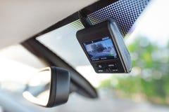 Видеозаписывающее устройство рядом с зеркалом заднего вида стоковые фотографии rf