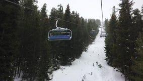 Видеоклип упущения промежутка времени гипер 4 - подъем стула лыжи персоны на снежную гору