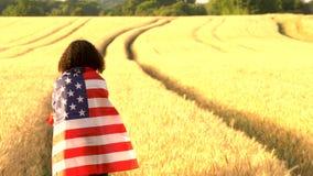 видеоклип 4K подростка девушки смешанной гонки молодой женщины Афро-американского женской обернутой в государственный флаг сша ам сток-видео