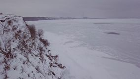 видео антенны 4k Ландшафт зимы на деревне и реке Теплый свет захода солнца видеоматериал