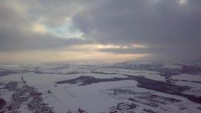 видео антенны 4k Ландшафт зимы на деревне и реке Теплый свет захода солнца акции видеоматериалы