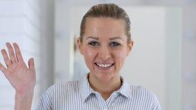 Видео- болтовня, говоря портрет женщины в офисе Стоковые Фотографии RF